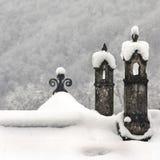 Chimeneas debajo de la nieve blanca Foto de archivo libre de regalías