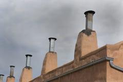 Chimeneas en el distrito viejo de la ciudad de Albuquerque Foto de archivo
