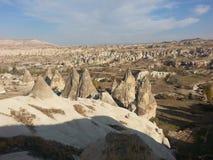 Chimeneas en el panorama de Cappadocia Turquía Fotos de archivo libres de regalías