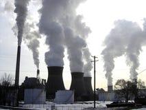 Chimeneas en la central eléctrica Imagen de archivo