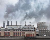Chimeneas Fuming de una fábrica Contaminación ambiental Fotos de archivo libres de regalías