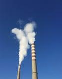 Chimeneas industriales con humo imagen de archivo libre de regalías