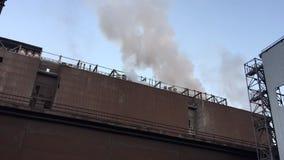 Chimeneas industriales de la fábrica que ceñen hacia fuera el humo y el vapor, a tiempo lapso almacen de video