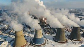 Chimeneas industriales que lanzan humo en el cielo Concepto de la contaminación atmosférica metrajes