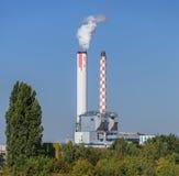 Chimeneas industriales sobre árboles verdes en Basilea, Suiza Fotos de archivo