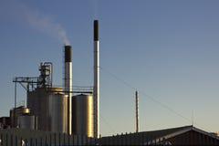 Chimeneas industriales y contaminación atmosférica Fotografía de archivo