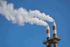 Chimeneas que contaminan el cielo Imagen de archivo libre de regalías