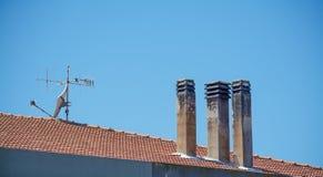 Chimeneas y antena Foto de archivo