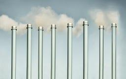 Chimeneas y concepto de la contaminación de la chimenea fotografía de archivo libre de regalías