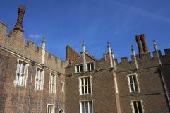 Chimeneas y fachada del edificio del palacio del Hampton Court Foto de archivo