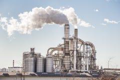 Chimeneas y silos de una fábrica Foto de archivo libre de regalías