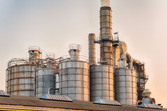 Chimeneas y silos de una fábrica Imagenes de archivo