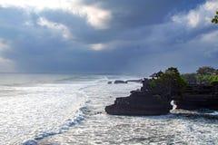 Chimeric tempel på vattnet bali tempelvatten Indonesien naturlandskap bali berömd landmark plaska waves royaltyfri foto