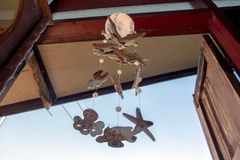 Chimes som hänger i fönstret royaltyfri foto
