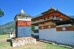 Chimi Lakhang eller ChimeLhakhang tempel i det Punakha området, Bhutan Arkivfoton
