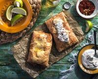 Chimichanga med limefrukt, kräm, kyligt och öl Fotografering för Bildbyråer