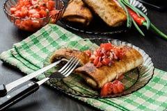 Chimichanga mexicano com mergulho da salsa imagens de stock