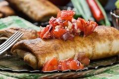 Chimichanga mexicano com mergulho da salsa imagem de stock