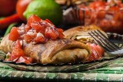 Chimichanga mexicano com mergulho da salsa foto de stock royalty free