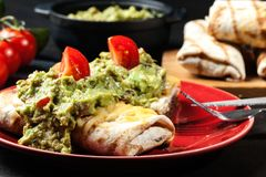 Chimichanga mexicano com mergulho do guacamole imagem de stock royalty free