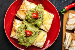 Chimichanga mexicano com mergulho do guacamole fotografia de stock