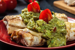 Chimichanga mexicano com mergulho do guacamole Foto de Stock