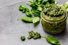 Chimichurri调味汁 阿根廷绿化荷兰芹蓬蒿烤肉asado的调味汁chimichurri在玻璃瓶子,灰色板岩 库存照片