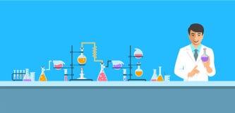 Chimico asiatico in laboratorio chimico Fotografia Stock