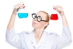 chimico divertente pazzo con due provette su bianco Fotografie Stock Libere da Diritti