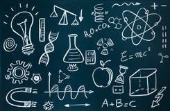 Chimico e disegni matematici sul fondo della lavagna immagine stock libera da diritti