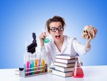 Chimico femminile pazzo in laboratorio Immagine Stock