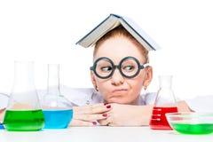 chimico pazzo premuroso con un libro sul suo sguardo capo Fotografia Stock