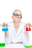 chimico pazzo stanco in vetri con le provette che conducono experi Immagini Stock Libere da Diritti