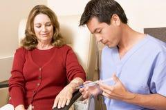 Chimiothérapie subissante patiente Traetment image stock
