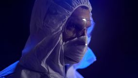 Chimiste dans le masque de port de costume de laboratoire, fabrication secrète d'arme biologique photographie stock libre de droits