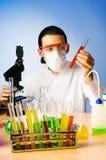 Chimiste expérimentant avec des solutions Photos stock