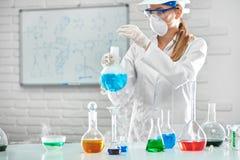 Chimiste féminin travaillant au laboratoire Images stock