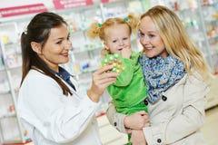 Chimiste, mère et enfant de pharmacie dans la pharmacie photos stock