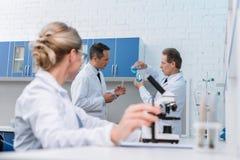 Chimistes faisant des expériences photos stock
