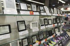 Chimki, Russia - 22 dicembre 2015 Libri elettronici nelle grandi catene di negozi di Mvideo che vendono elettronica e gli elettro Fotografia Stock