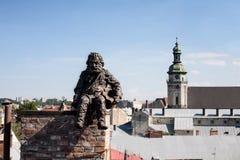 Chimneysweep-Monument auf dem Dach im Lemberg, Ukraine Stockfotos