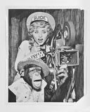 Chimpancé con la actriz - A circa la fotografía 1940 del vintage con la cámara de película y el proyector que actúa como guía tur Imagen de archivo libre de regalías