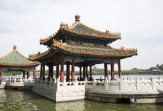 Chinês Ásia, Pequim, o jardim real, parque de Beihai, as construções antigas, o pagode branco Fotos de Stock Royalty Free