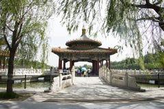 Chinês Ásia, Pequim, o jardim real, parque de Beihai, as construções antigas, o pagode branco Fotografia de Stock Royalty Free