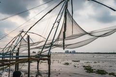 Chinês das redes de pesca a custo de kochi com mar imagens de stock royalty free