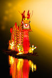 Chinês Dragon Lantern na lagoa imagens de stock