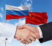 Chinês que um russo embandeira Fotografia de Stock Royalty Free