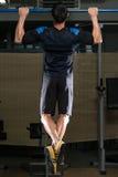 Chin Ups Workout For Back Lizenzfreie Stockbilder