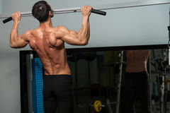 Chin Ups Workout For Back Lizenzfreie Stockfotografie