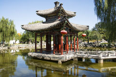 China, Ásia, Pequim, o jardim grande da vista, construções antigas Imagens de Stock